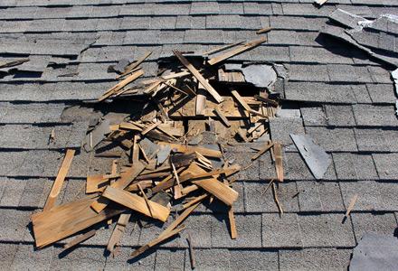 Une toiture qui a besoin de réparation