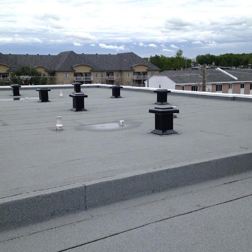 Installation de toiture plate à Montréal, Laval et sur la Rive-Nord