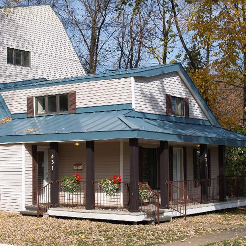 Réalisation de travaux sur une maison avec une toiture de tôle