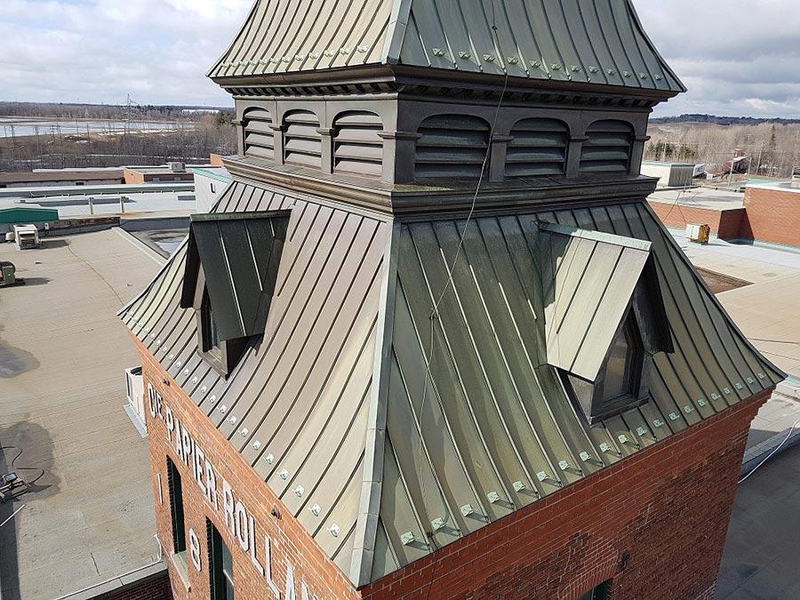 Installation de garde neiges sur une toiture métallique à St-Jérôme | Papier Rolland