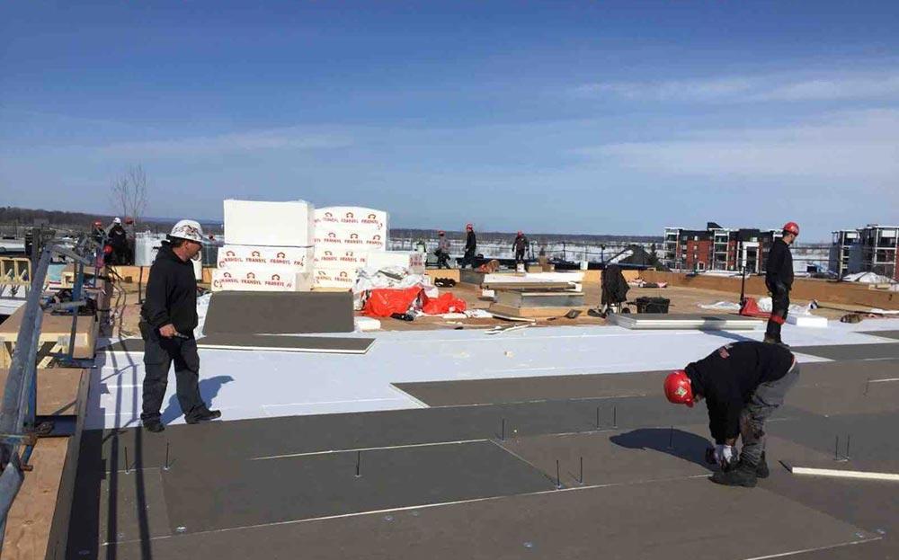 L'équipe de couvreurs certifiés de Toitures PME réalisent un toit plat résidentiel pour immeuble à condos à Mirabel